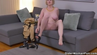 American gilf Sindee Cox tapes off and rubs one out
